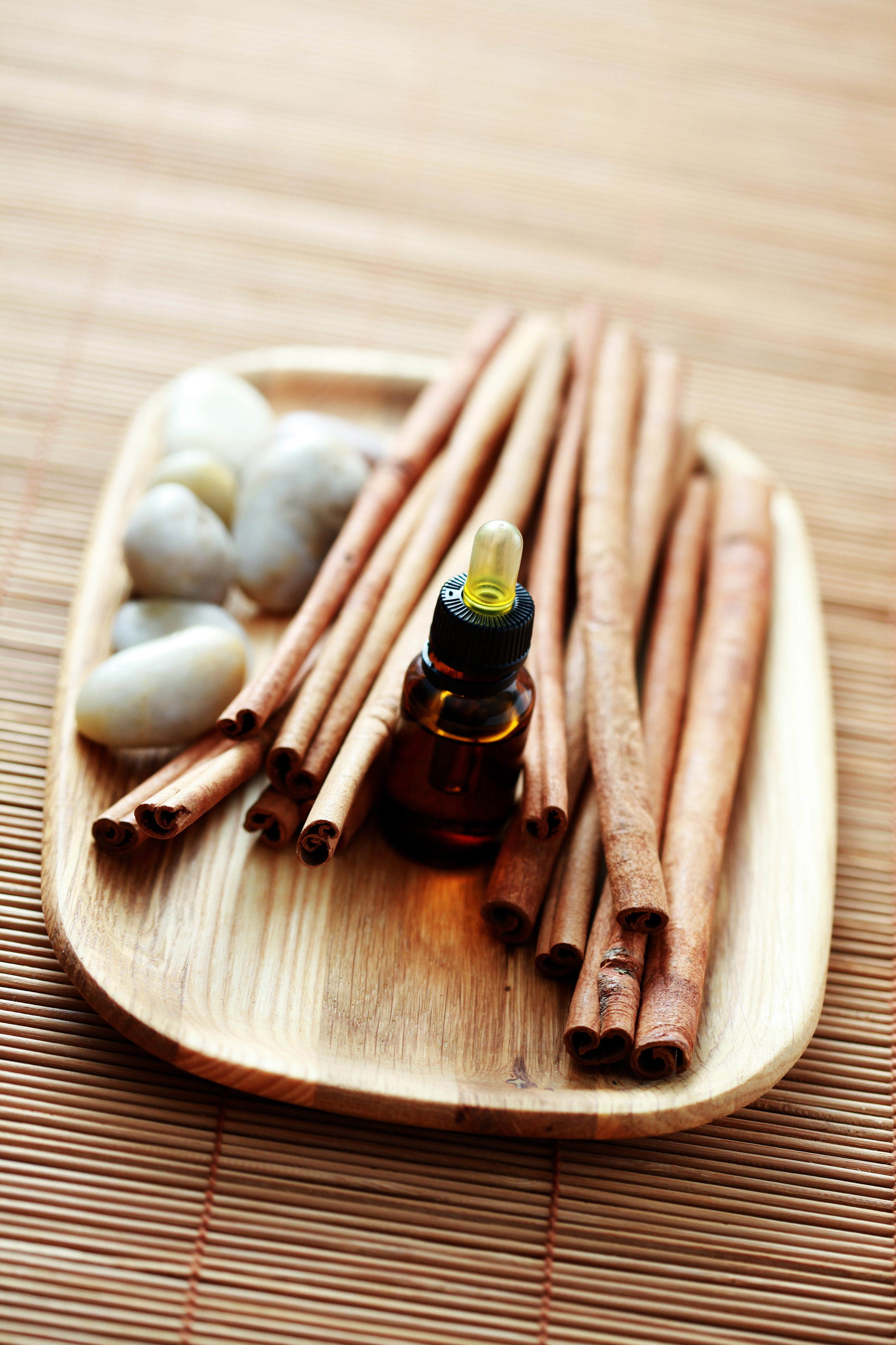 cinnamon_essential_oil_on_wood_tray