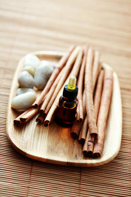cinnamon_essential_oil_on_wood_tray